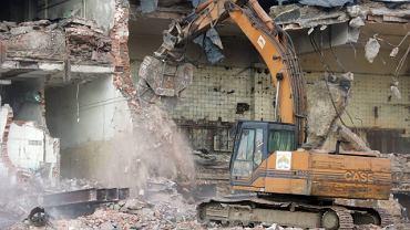 Wyburzanie budynków na terenie dawnych Browarów Warszawskich