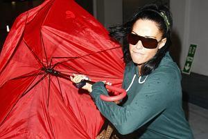 Paparazzi potrafią naprawdę wkurzyć gwiazdę. Tym razem udało im się to do tego stopnia, że Katie Price niezadowolona z tego, że znów robią jej zdjęcia, zaatakowała ich parasolem. Spójrzcie tylko na wyraz jej twarzy - laska była naprawdę wściekła. To nic, że zepsuła sobie parasol - po całej akcji na pewno była z siebie dumna.