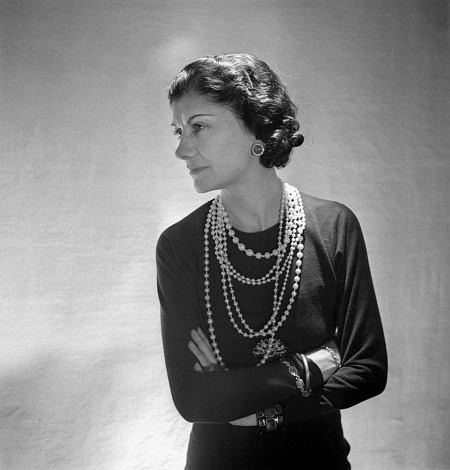 Coco Chanel - To dzięki niej kobiety uwolniły się od gorsetów i niepraktycznych szerokich spódnic. do ziemi