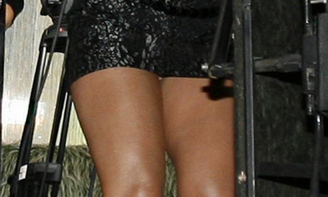 Gosia Andrzejewicz wystąpiła wczoraj podczas imprezy ESKA TV w krótką, bardzo krótką, zdecydowanie za krótką sukienkę, która odsłoniła jaj pulchne uda. Zapewne miało być seksownie, wyszło... średnio. Mieliśmy wrażenie, że Gosia prezentowała się ostatnio całkiem nieźle. Czyżby znów jej się przytyło?