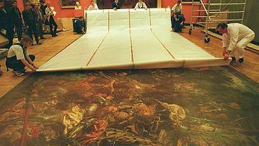 """Muzeum Narodowe, 1999 r. Zwijanie obrazu """"Bitwa pod Grunwaldem"""" przed wyjazdem do Wilna. Wtedy ostatni raz obraz Matejki wyjechał z Warszawy"""