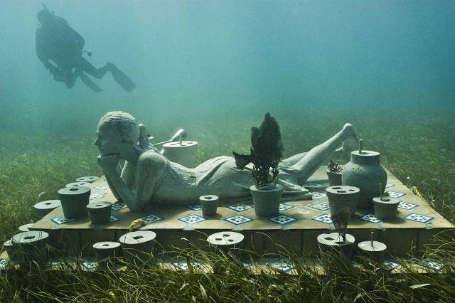 Nurek ogląda dzieła Jasona de Caires Taylora. Fot. REUTERS/HO