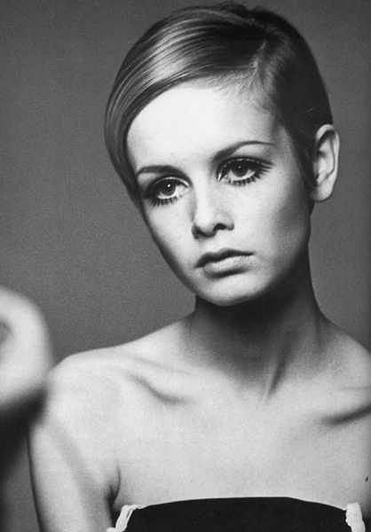 Twiggy uważana jest za pierwszą w historii supermodelkę  oraz ikonę mody lat 60. i 70. W 1966 roku została okrzyknięta mianem 'Twarzy Roku' Daily Express. Jej twarz pojawiła się m.in. na okładce magazynu Vogue. Wraz z Mią Farrow tym ekstremalnym i na owe czasy oryginalnym ścięciu włosów zrobiły furorę. Wraz za nimi tysiące kobiet zaczęło łamać ówczesne standardy kobiecego piekna.