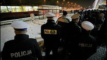 Po zabójstwie policjanci zebrali się na przystanku, gdzie zginął ich kolega