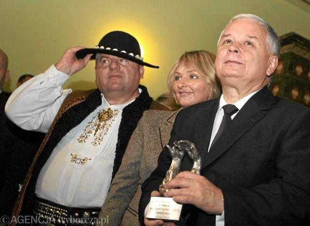 Senator Tadeusz Skorupa (z lewej) podczas uroczystości z udziałem Lecha Kaczyńskiego