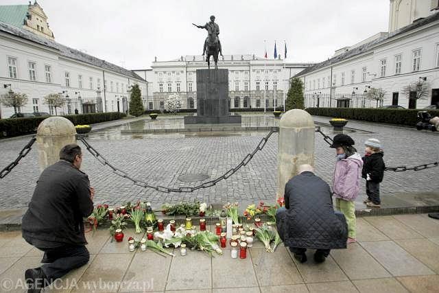 Mieszkańcy Warszawy składają kwiaty przed Pałacem Prezydenckim, 10 kwietnia 2010 r.