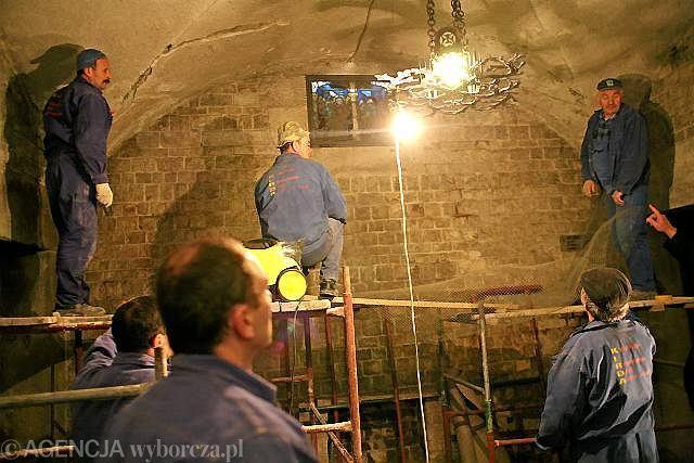Przygotowania do pogrzebu pary prezydenckiej na Wawelu. Wczoraj myto ściany w krypcie. Konserwator zabytków pozwolił też na naprawienie sufitu