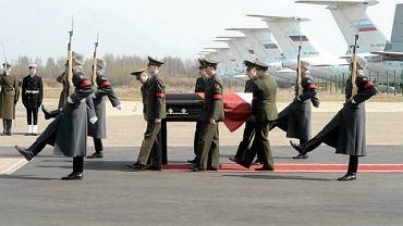 11 kwietnia 2010, lotnisko Siewiernyj pod Smoleńskiem. Pożegnanie trumny z ciałem prezydenta Lecha Kaczyńskiego