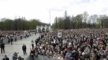 Barierki na pl. Piłsudskiego wygradzały sektory w czasie uroczystości żałobnych 17.04.2010