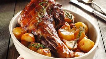 Młode jagnię pieczone z ziemniakami na sposób rzymski