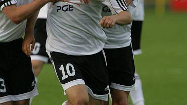 Mateusz Cetnarski w objęciach kolegów z drużyny