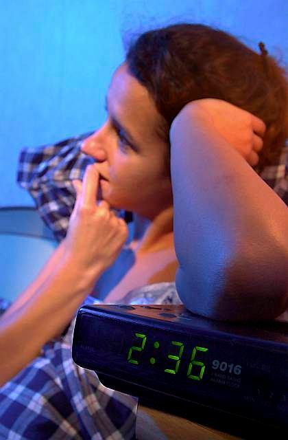 Trzecia rano a ty ciągle nie śpisz? Oglądanie do późna telewizji i zasypianie na kanapie nie rozwiąże problemu, ale go nasili. Jeśli nie pomagają domowe sposoby, najwyższy czas udać się do lekarza. Najlepiej psychiatry zajmującego się zaburzeniami snu. To zwiększa szanse na prawidłowe leczenie, zmianę nawyków zasypiania i uporanie się z bezsennością.