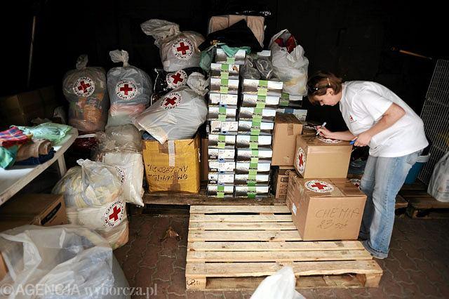 Warszawa, siedziba PCK, segregowanie środków, które trafią w ramach pomocy dla powodzian