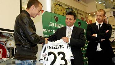 Srdja Kneżević otrzymuje koszulkę na oficjalnej prezentacji