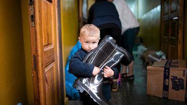 Gmina Wilków. 2,5-letni Daniel przyjechał ze swoją mamą po dary dla powodzian