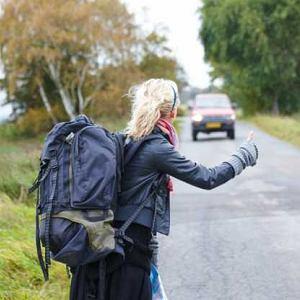 Backpacker, czyli turysta z plecakiem, często podróżuje autostopem i chętnie korzysta z couchsurfingu