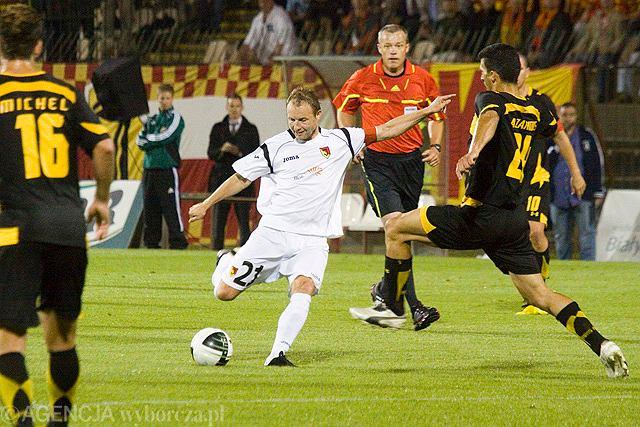 Tomasz Frankowski (przy piłce)w meczu z Arisem Saloniki