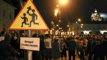 W poniedziałkowy wieczór przed Pałacem Prezydenckim pojawiło się kilka tysięcy zwolenników usunięcia sprzed budynku tak zwanego krzyża smoleńskiego. Demonstrację zwolenników usunięcia krzyża zorganizował Dominik Taras, twórca profilu ''Akcja krzyż'' na Facebooku