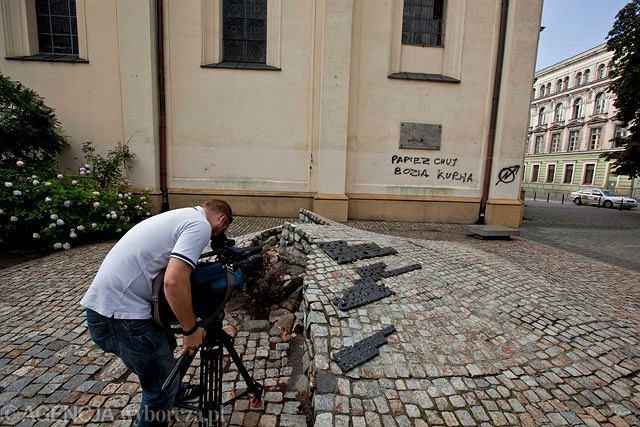 Napisy na ścianie kościoła Podwyższenia Krzyża Świętego zauważył jeden z księży