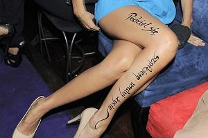 Podczas imprezy Polsatu jedna z aktorek wystąpiła z henną na nodze: Podziel się szpikiem uratuj życie.