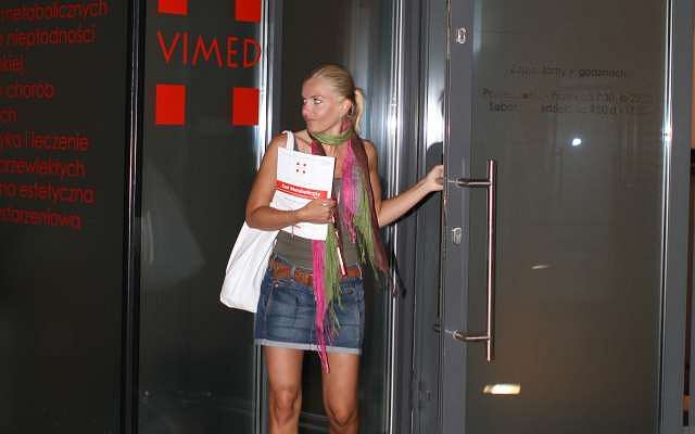 Fotoreporterzy przyłapali Agnieszkę Frykowską, gdy wychodziła z jednej z warszawskich klinik. Po co tam była? Obejrzyj zdjęcia i dowiedz się więcej.