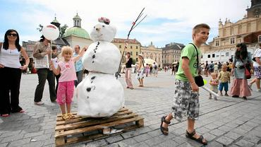 Prawdziwy bałwan w środku lata na krakowskim Rynku? Czemu nie, w tym roku z pogodą wszystko jest możliwe.