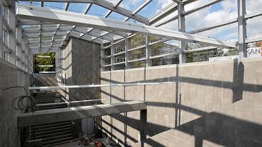 Nad zejściem do tunelu od strony Żoliborza powstała duża stalowo-szklana konstrukcja