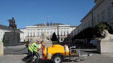 Sprzątanie chodnika pod Pałacem Prezydenckim