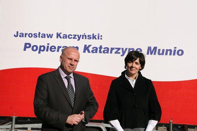 Katarzyna Munio i Jarosław Kaczyński przed banerem postawionym parę kroków od domu prezesa PiS-u