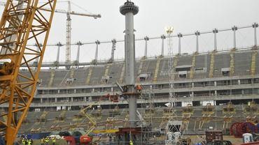 Montaż dwóch pierwszych części iglicy na Stadionie Narodowym