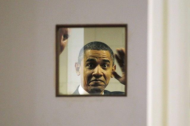 Barack Obama macha fotografom. Wypatrzyli go przez okno w drzwiach, prowadzących za kulisy sceny, na której miała odbyć się amerykańsko-indyjska rada biznesowa.