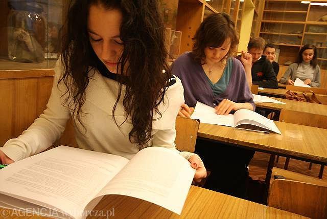 MEN chce powołać siedem regionalnych ośrodków jakości edukacji (ROJE). To one zajmą się przeprowadzaniem egzaminów, one też będą kontrolować jakość pracy szkół. Ale takiego ośrodka w Bydgoszczy nie będzie. Na zdjęciu próbna matura z języka polskiego w II Liceum Ogólnokształcącym.