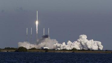 Rakieta Falcon-9 podczas startu w grudniu 2010 r.