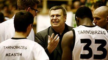 Trener Siarki Tarnobrzeg Zbigniew Pyszniak w otoczeniu koszykarzy