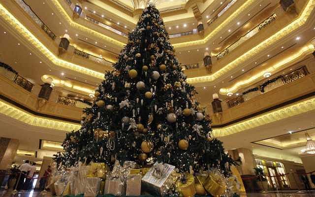 Najdroższa choinka na świecie stanęła w holu Emirates Palace w Abu Dhabi (tym samym, który grał w filmie