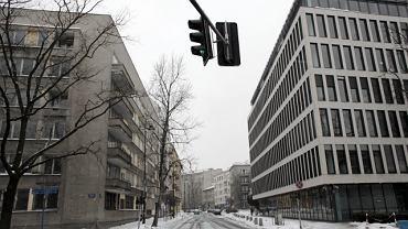 Po lewej opuszczony budynek na rogu Szucha i Litewskiej, po prawej - biurowiec MSZ