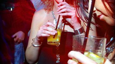 Klubowa zabawa z alkoholem