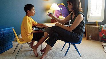 Autyzm. Dziecko autystyczne podczas sesji psychoterapeutycznej - obecnie nie istnieją terapie farmakologiczne stosowane przy leczeniu autyzmu