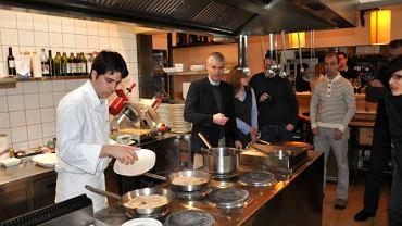 Surowe foie gras zaraz przestanie być surowe i wyląduje w zupie dyniowej. Poczynania paryskiego mistrza uważnie obserwują polscy kucharze