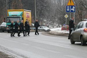 Donald Tusk z małżonką przebiegają przez ulice