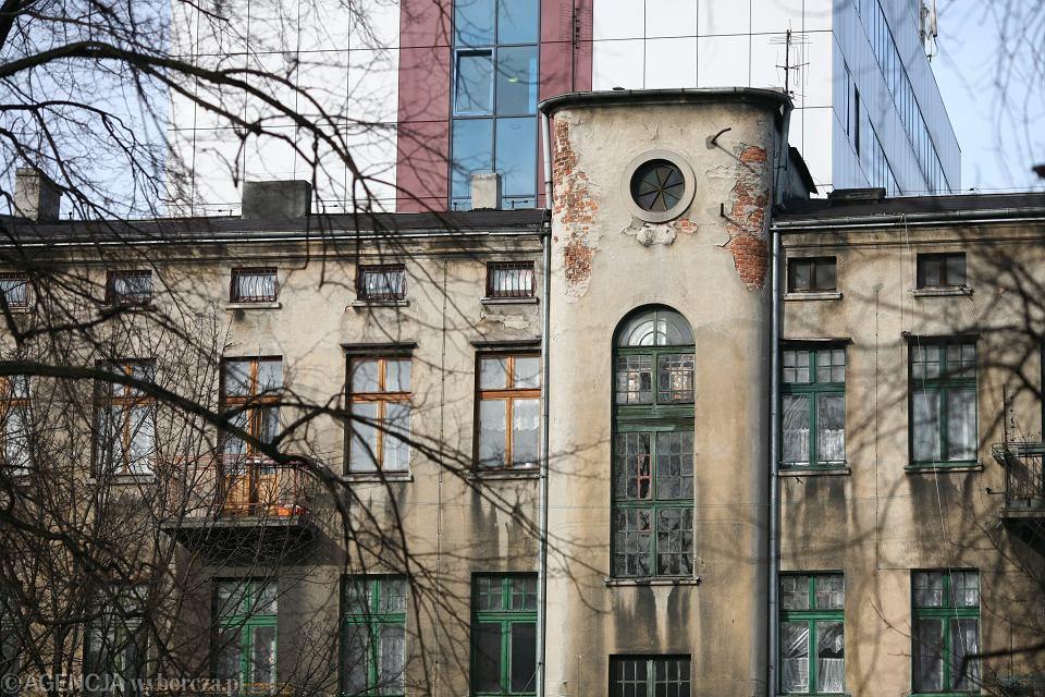 7 lutego 2009 r. Łódź, ul. 1 Maja 59. Mieszkańcy tej kamienicy nie chcą się wyprowadzić. Sąsiadujący z nimi biurowiec chce się rozbudowywać