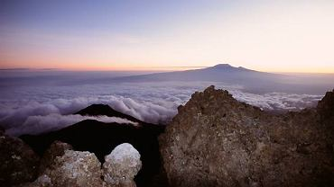 Świt na Meru, w oddali Kilimandżaro