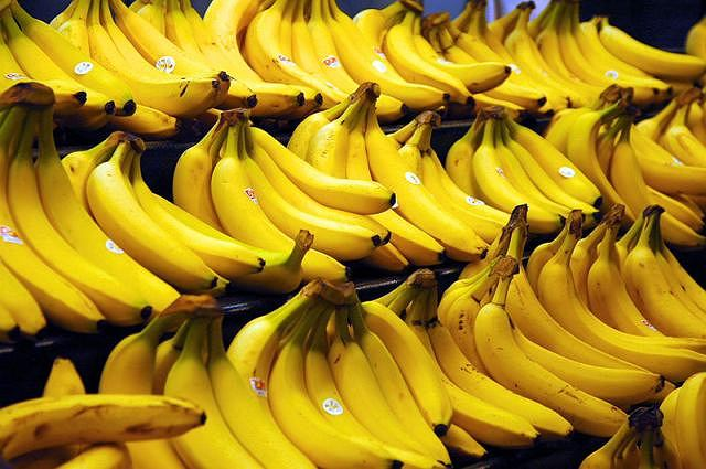 Skórki bananów świetnie sprawdzają się w oczyszczaniu wody