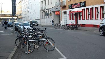 Parkingi rowerowe na miejscu dawnych miejsc parkingowych dla aut. Hannover, Niemcy.