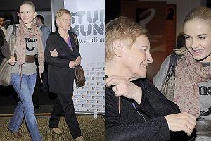 Maja Frykowska na premierze filmu Popatrz na mnie Katarzyny Jungowskiej pojawiła się ze swoją babcią Jadwigą. To właśnie ona wychowywała Maję, dlatego jest dla niej jak matka. Wszyscy, łącznie z reżyserką chcieli poznać panią Jadwigę. Sądząc po zdjęciach była bardzo miłą rozmówczynią. Zobaczcie jak to wyglądało.