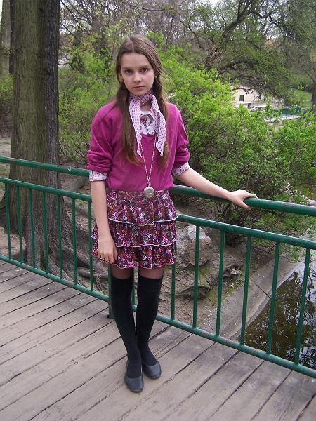 spódniczka - C&A, sweterek - second hand, zakolanówki - sklep miejski, torebka - H&M, balerinki - no name, zegarek - vintage, pierścionek - House