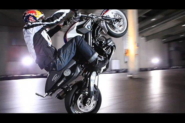 Chris Pfeiffer uczy motocyklowego wheelie