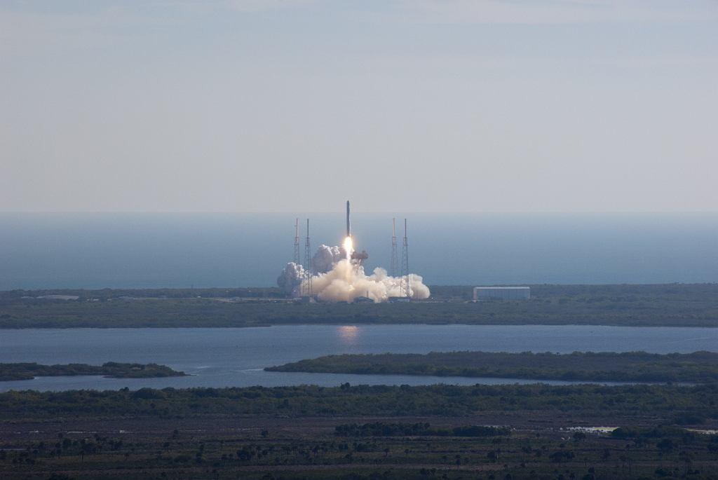 Start rakiety Falcon 9 z kapsułą Dragon - prace firmy SpaceX.
