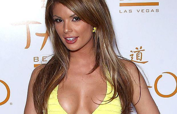 Laura Croft - znana na całym świecie modelka pokazała trochę ciałka. Nie ma to jak parada w stroju bikini. Od razu robi się cieplej.