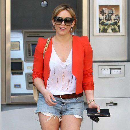 Hilary Duff w dżinsowych szortach